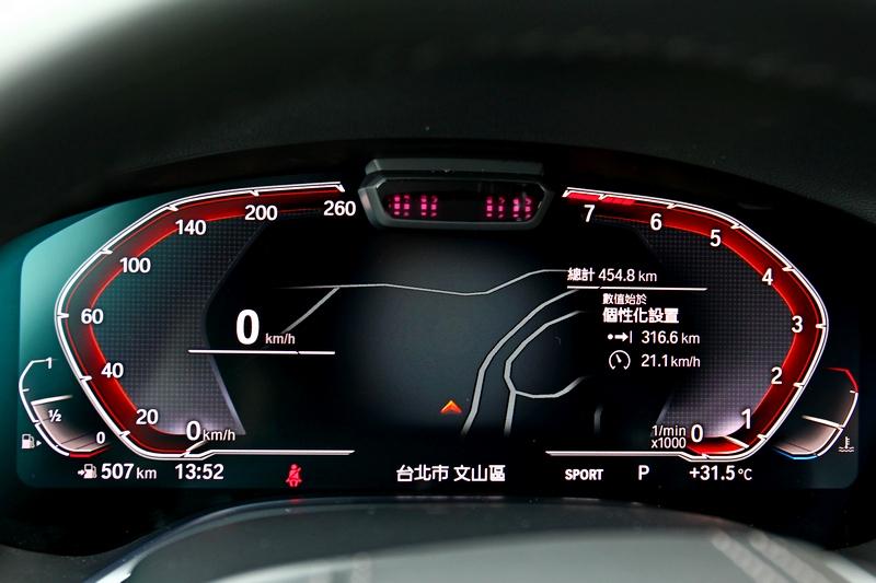 12.3吋數位儀表與抬頭顯示器帶來快速辨識效果。