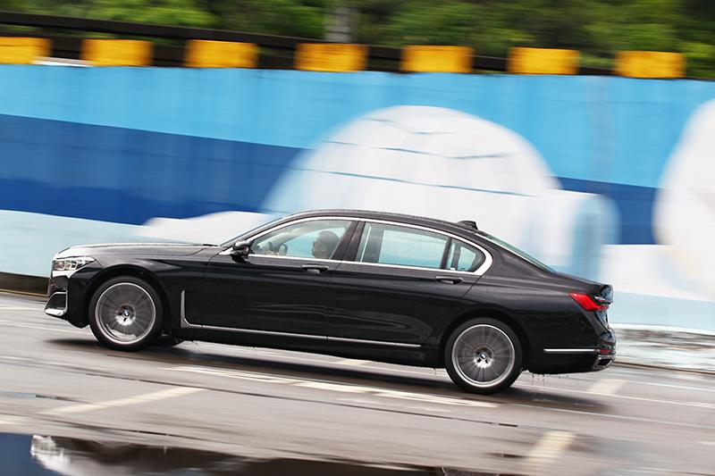 不要以為豪車就就不性能,於Sport模式下還是能感受到BMW熱情。
