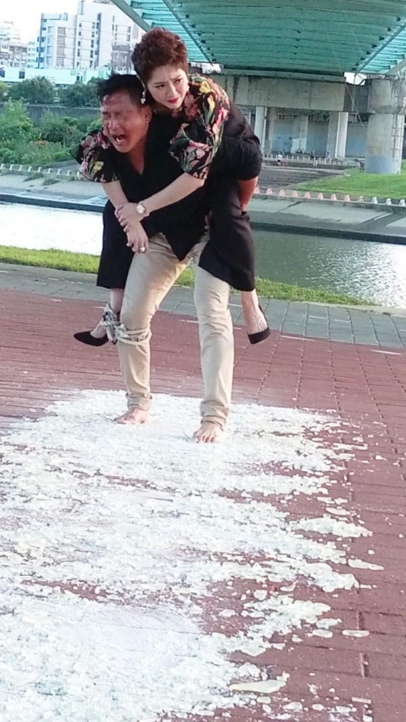 江宏恩在戲中赤腳走過碎玻璃/艾迪昇傳播提供