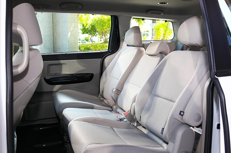 經典車型第二排採三人座設計,且椅面為布料材質。