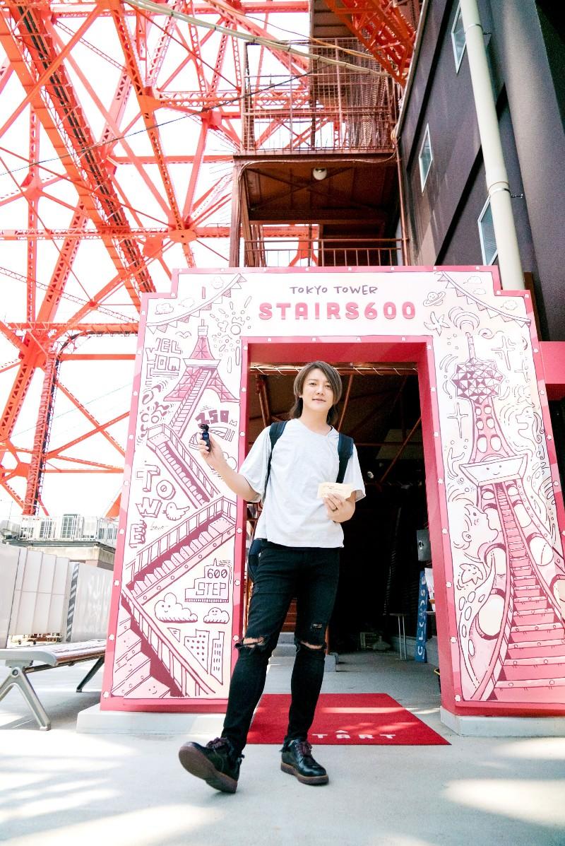 阿沁揹近10公斤吉他徒步登東京鐵塔