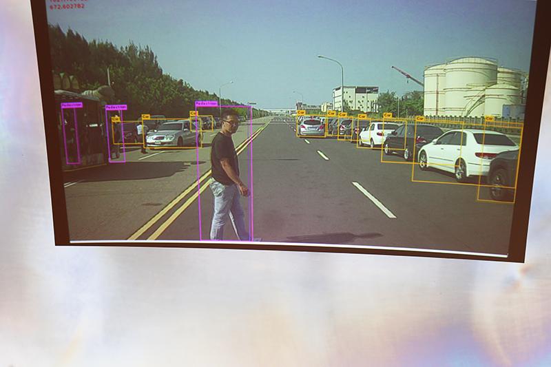 透過偵測設備若前方有行人車輛就會進行煞停。