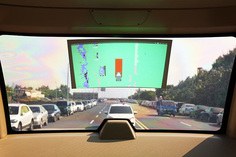 車內另一螢幕則是偵測車輛周邊環境,其中綠色代表該環境無障礙,