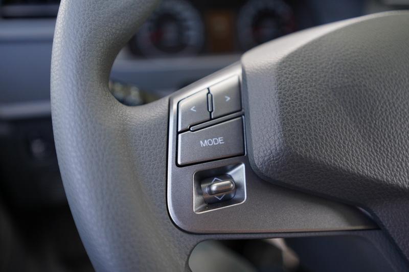 方向盤造型與菱利如出一轍,左側為收音機操作介面右側是定速系統