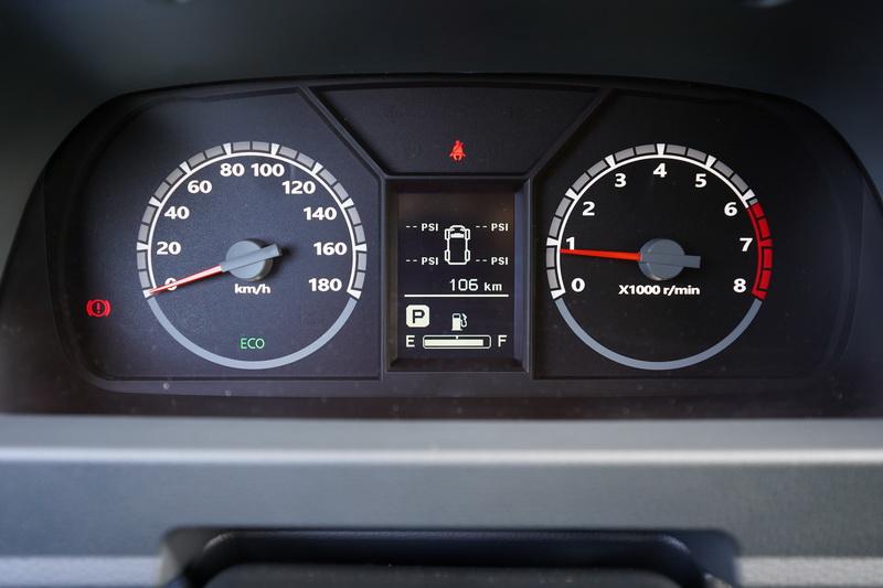駕駛儀表與新菱利相同,在雙環指針表的中央多了一塊多功能資訊幕,可顯示多項訊息