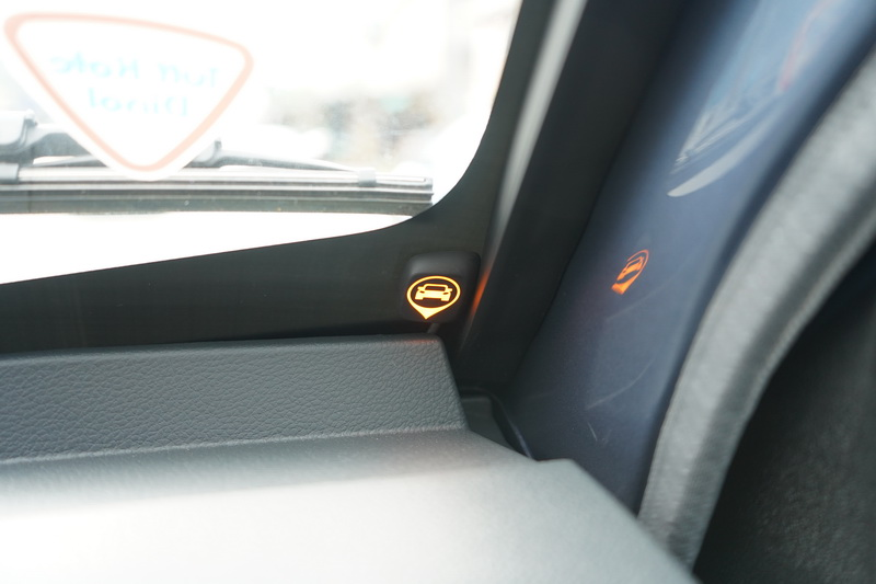 BSW警示燈號設計在前擋玻璃兩側,當離鄰車過近燈號亮起時若打下方向燈,還會有警示音提醒