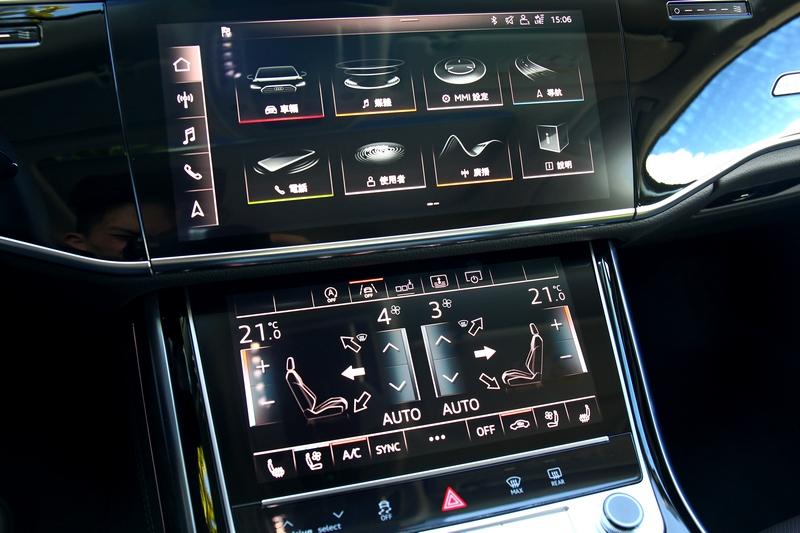 雙層中控螢幕提供直覺豐富的操作體驗。