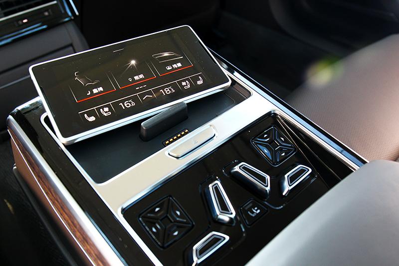 可從5.7吋後座專屬平板控制空調、遮陽簾、音樂等功能。