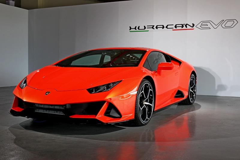 Huracán EVO 全新車頭設計使車身線條更顯低扁且極具張力。