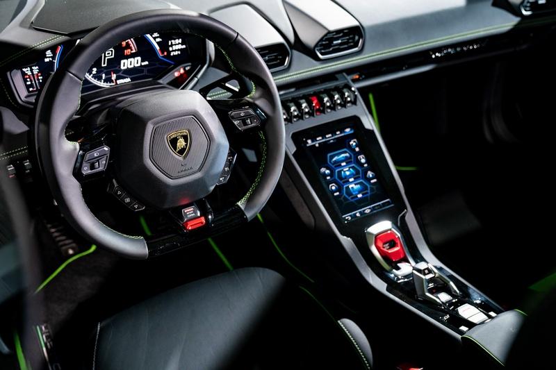 Huracán EVO可透過 8.4 英寸 HMI 觸控式螢幕控制座椅、空調等舒適性設備、LDVI 車身動態整合系統,及Apple CarPlay智慧手機連接功能的全新Lamborghini資訊娛樂系統。