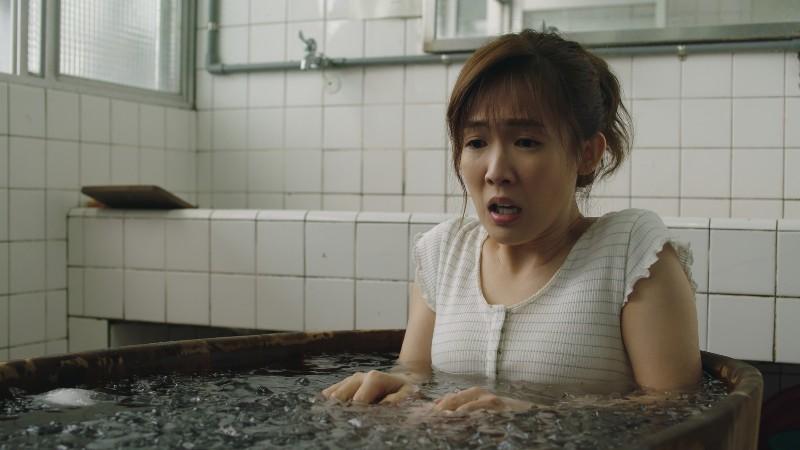 《用九柑仔店》孫可芳劇中用盡全力想要流產(圖為冰塊泡澡)