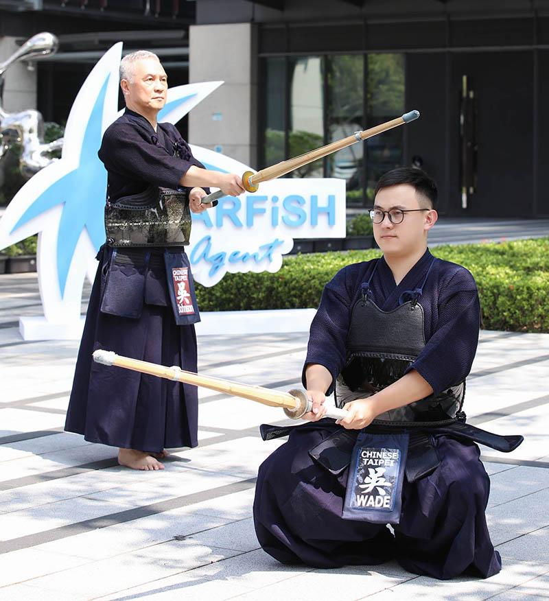 全球華人最年輕的劍道範士八段吳重山與其子。