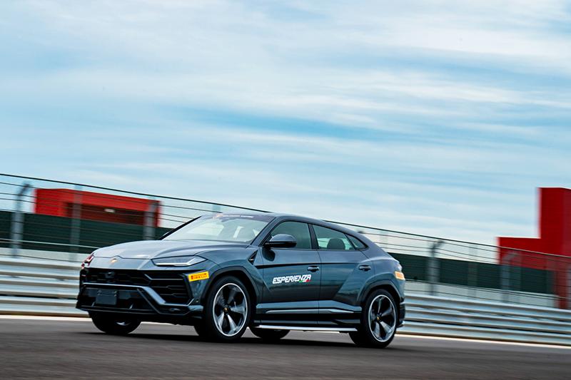別瞧不起Urus,它可是超跑SUV,其實力在賽道上也能擊敗許多號稱性能的車款。