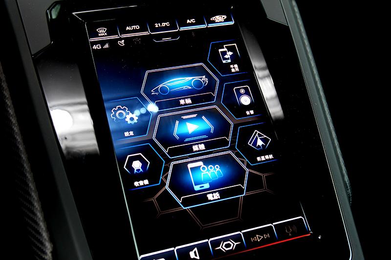 內裝最大變化就是增加可觀看車輛各項資訊與四輪驅動比例的8.4吋中控螢幕。
