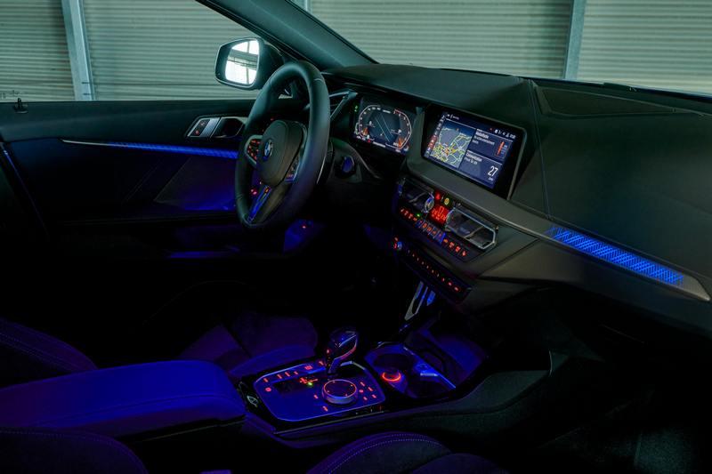 首次於BMW車款中出現的光影飾版搭配環艙氣氛燈,提供多達6種的燈光變化,創造出前衛、科技的個性化座艙,