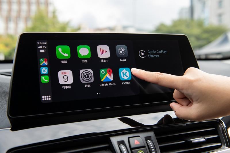 全車系標配全彩多功能車況抬頭顯示器、10.25吋中控觸控螢幕、智能衛星導航與獨家無線Apple CarPlay整合系統。