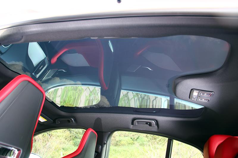 特殊鍍膜的全景式玻璃天窗是車內的一大亮點,對於遮光與隔熱的效果控制地恰到好處。