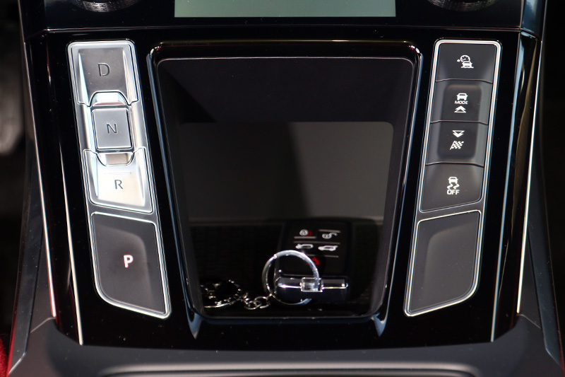 大幅簡化後的內裝設計,連換檔介面也改為按鈕型式。