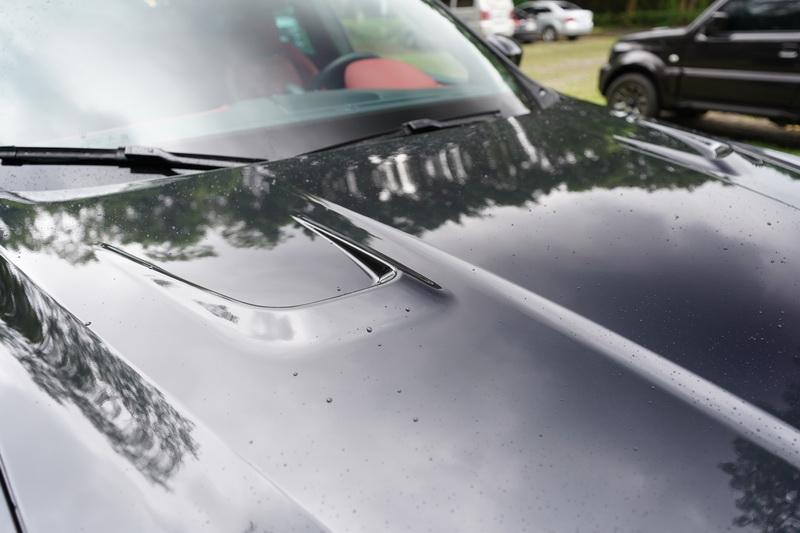 Trofeo與標準版的差異之處,從引擎蓋上便可看見兩組大面積的散熱孔