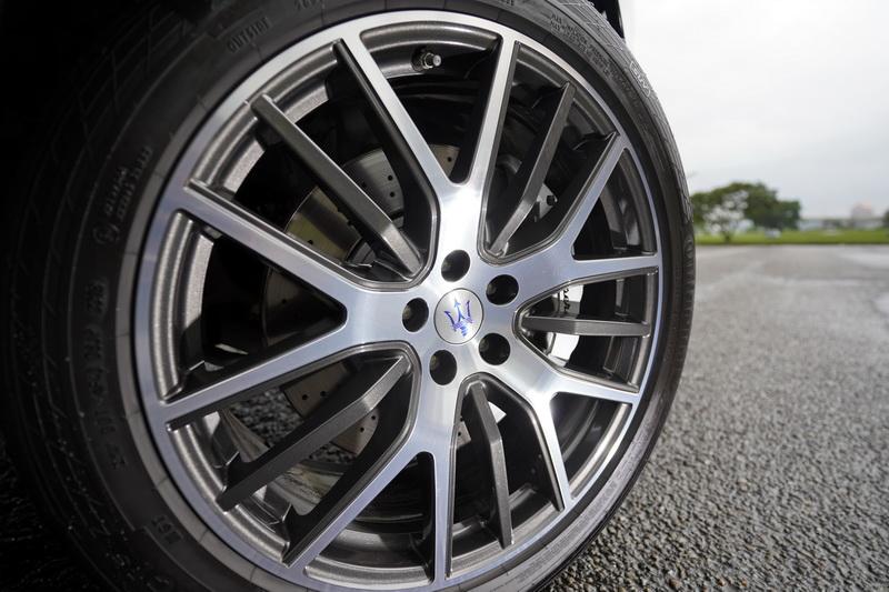 輪圈標配的是21吋Anteo胎圈,亦有22吋Orione鍛造輪圈可供選配升級