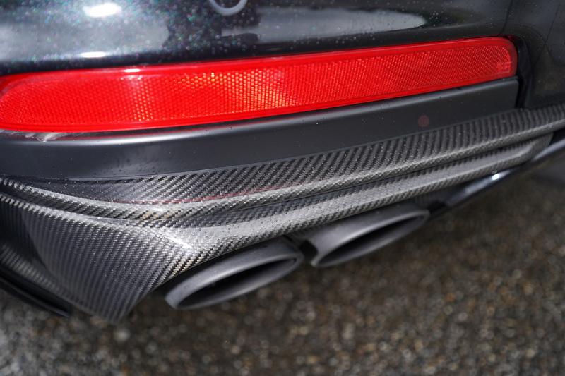 排氣尾管雖同為左右雙邊雙出式樣,不過在周圍賦予碳纖維飾條包覆