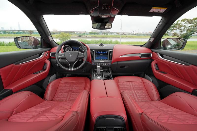 Levante Trofeo的座艙以更高級的用料與配色來營造頂級車款的不凡氣度