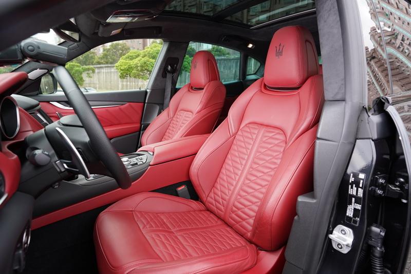 以特殊稜線織法的座椅與麂皮包覆的車頂更是帶出另一番豪華感受