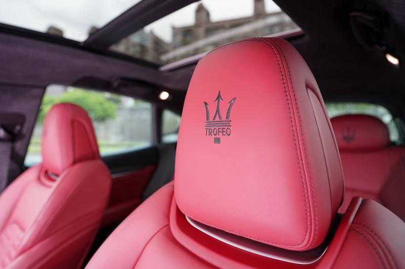 頭枕上的Trofeo刺繡字樣更是讓駕駛一坐上車便能感受到熱血氛圍的關鍵因子