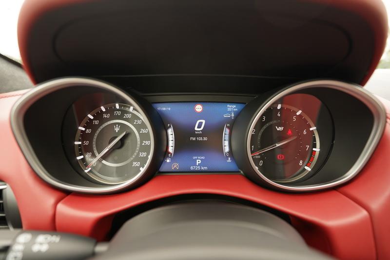 駕駛儀錶盤的轉速表區域比起標準版多了V8字樣