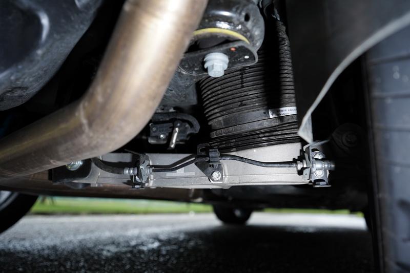氣壓避震在車高降低後在車身側傾的抑制上相當顯著
