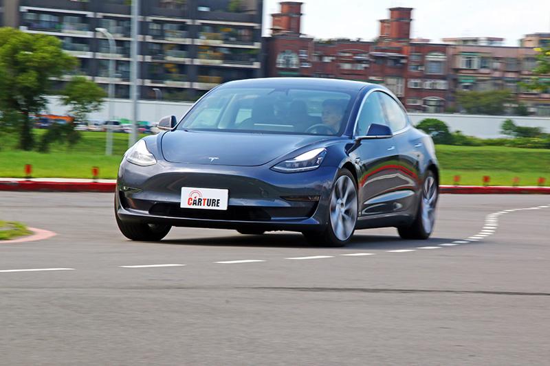 Model 3在操控上也於水準之上,加上電動車直效的動力輸出,別有一番樂趣。