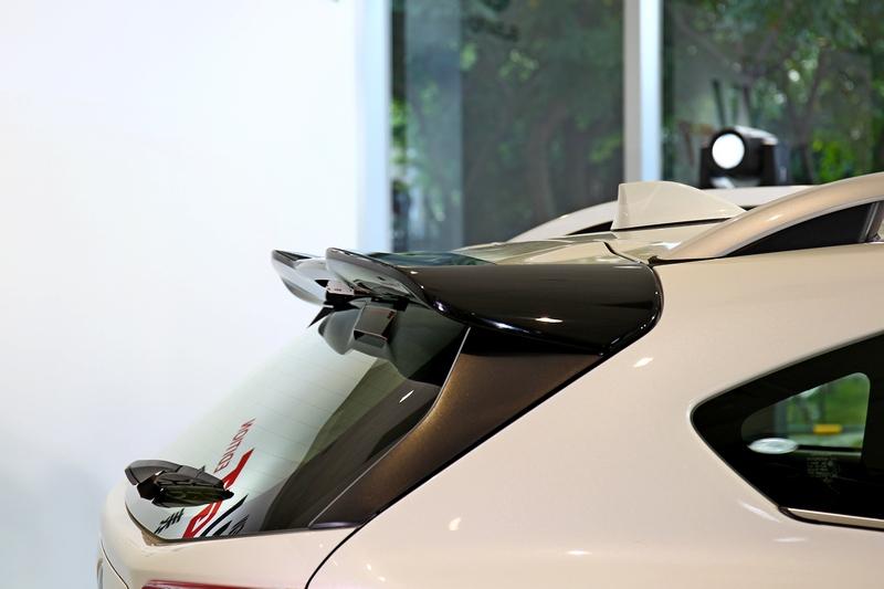 車尾除下擾流外也配置黑色尾翼。