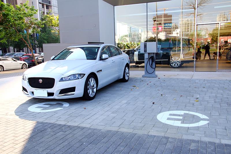 全廠區設有多組充電設備,以對應未來電動車發展趨勢。