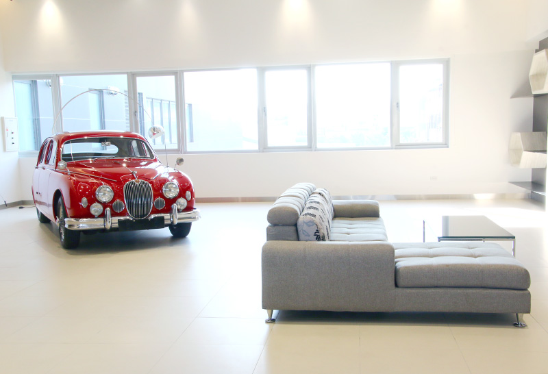 VIP賞車空間,開幕當天更展示了經典的Jaguar Mark I房車。