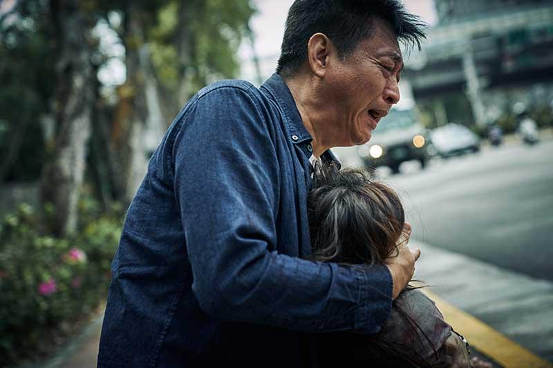 庹宗華在《大潮》中有一場抱起林美貞狂奔呼救戲碼