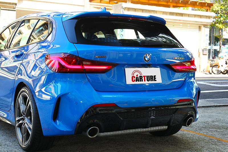 車尾在下擾流加持下也同樣充滿性能氣息。