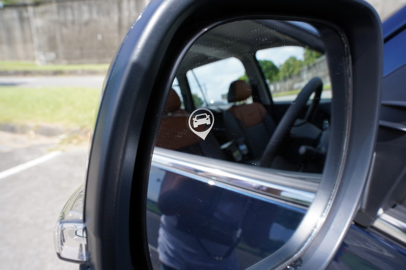 後視鏡上的燈號及警示音可在行進間或倒車時提供額外輔助