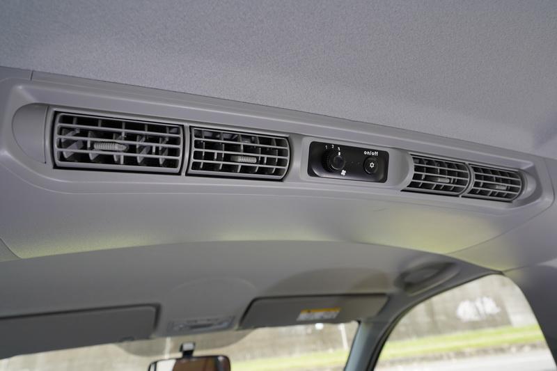 後座配有專屬的空調出風口,對寬廣的車廂來說相當實用