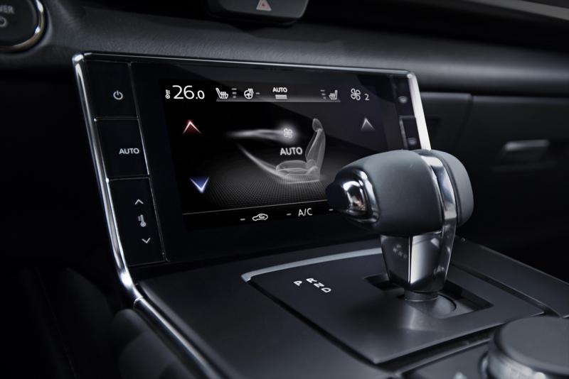 排檔前配置螢幕作為空調操作之用。