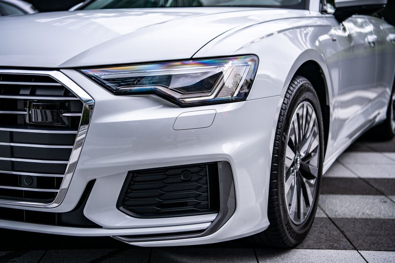 A6標配「Audi 矩陣式 LED 極光頭燈組。