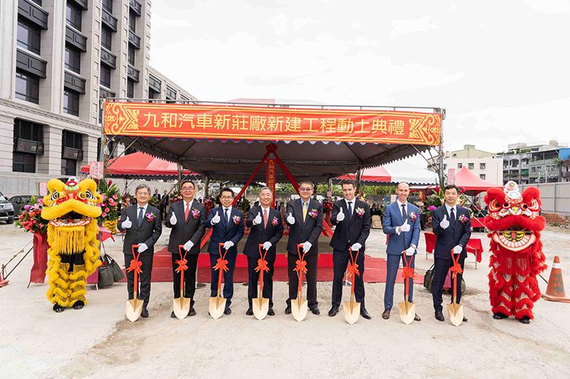 由左至右為建築師 胡宗雄、麗明營造董事長 吳春山、新北九和汽車協理 李家致、九和汽車總經理 陳貽彬、九和汽車副總經理 詹士賢、aguar Land Rover  亞太營運總部總裁 Robin Colgan、Jaguar Land Rover Taiwan 台灣捷豹路虎總經理 Garth Turnbull、銷售總監 湯家同。