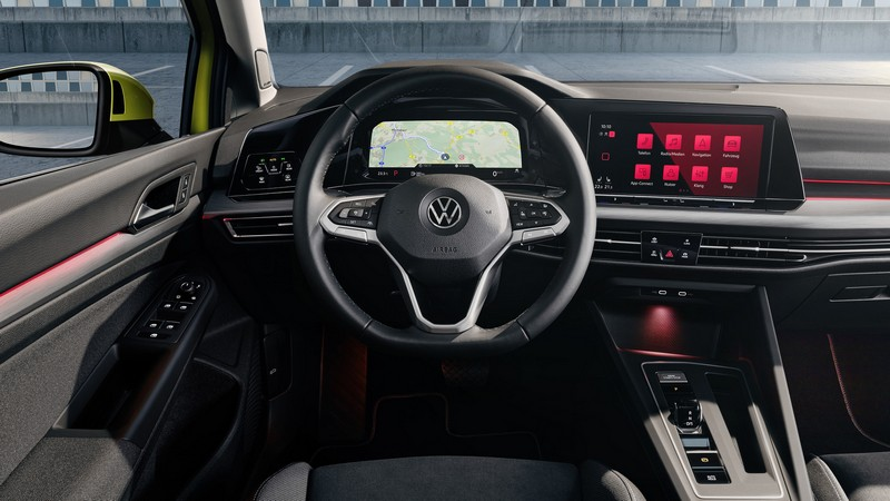 儀表與中控螢幕採一體式連接設計。