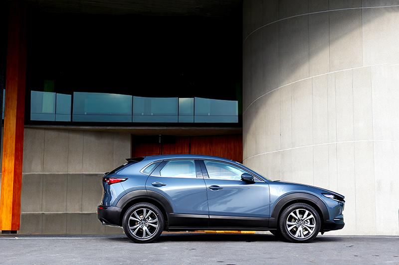 車身透過鈑件自然弧度營造出豐富多變的光影。