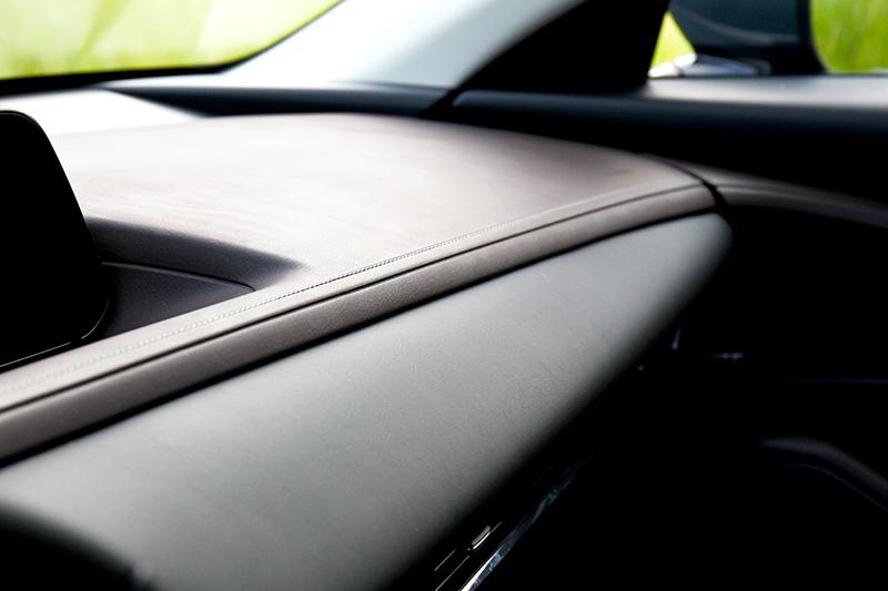 除了格局設計,棕色皮質飾板與縫線都是提升座艙高級感的重要推手。
