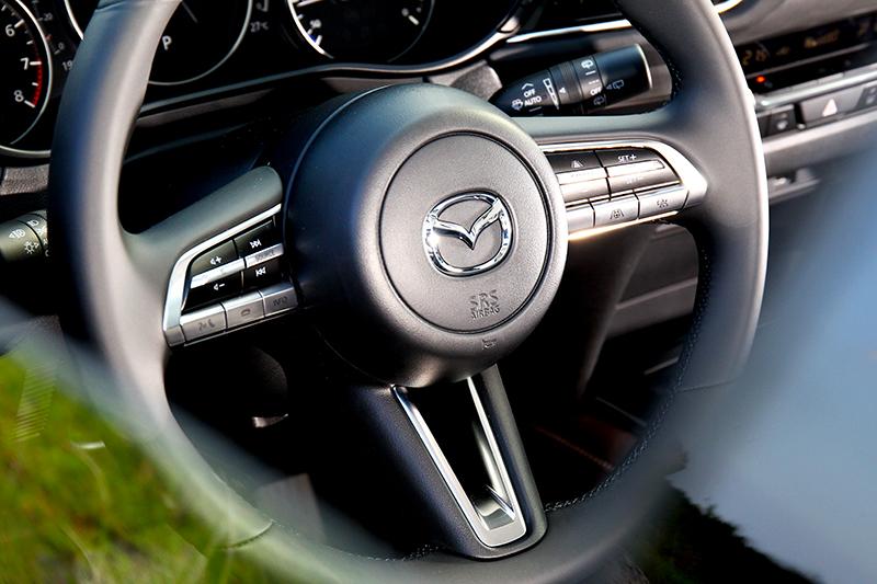 新世代Mazda方向盤變得更加典雅有質感。