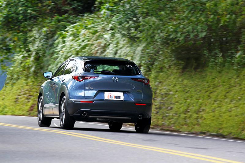 行進間車室有著相當出色的靜肅表現,而較高的懸吊行程也比Mazda 3來得更加舒適。