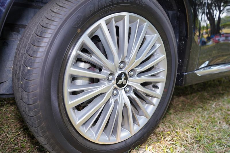 多幅式18吋輪圈也是新年式車款的專屬造型