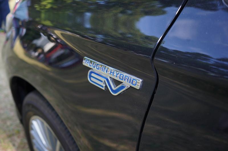 車型牌下方及前輪拱處的藍色PHEV字樣則是區別其獨特身分的最佳識別