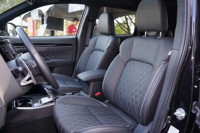 座椅與車門板上多了些菱格紋的縫線處理,讓原本稍嫌樸實的內裝多了些高級車的質感