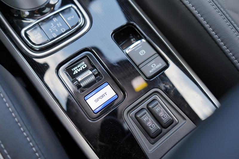 4驅版新增雪地模式及Sport模式按鍵,讓駕駛在不同的操駕環境下能有更多選擇
